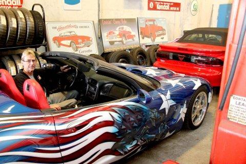Captain America: Historien skal ha det til at Terje Bendiksens «Stars?n?stripes»-Corvette ble lakkert for bruk i filmen Captain America. Foran står en TransAm, til høyre i bildekanten en gammel bensinpumpe.
