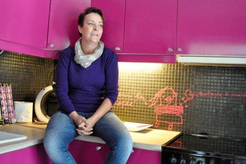 Heidi Synøve Sørensen, som driver Maleriet Fargehandel, stortrives med et skinnende og knallrosa kjøkken i eget hjem.