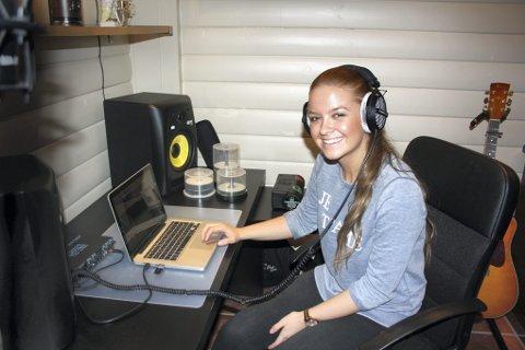 DET HUN VIL: Det er tre år siden Alexandra Rotan sjarmerte hundretusenvis av seere i Melodi Grand Prix junior. Den talentfulle 17-åringen har forandret seg siden den gang, men musikken er utvilsomt hennes største lidenskap. Hjemme i kjellerstua på Råholt har hun et eget ministudio hvor hun spiller inn sine egne og andres låter. Foto: Jonas Vårum Olafsen