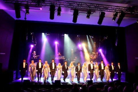 Breviksrevyen har 16 skuespillere på scenen, og de leverer en glitrende jubileumsrevy.