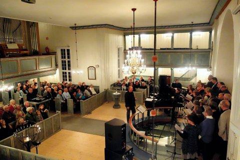JUBILEUM: Lørdag kveld inviterte Lunner kammerkor til en to timer lang jubileumskonsert i Lunner kirke.Foto: Anne Martine Engebakken Grymyr