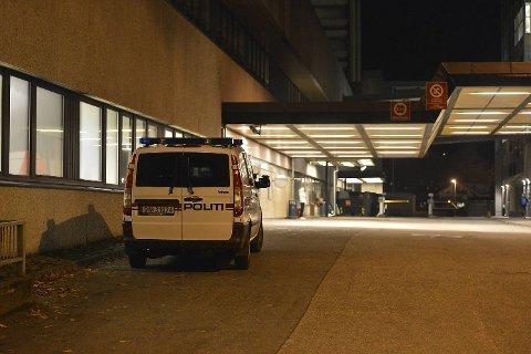 Knivdesperadoen, som drepte tre personer om bord i en buss mandag, ble fraktet til Haukeland.