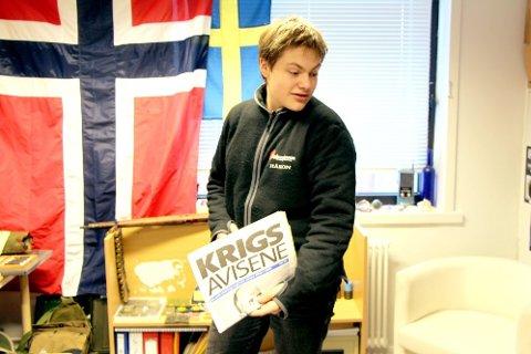 Interessert: Håkon Sivertsen (17) fra Brønnøysund samler på gamle krigseffekter 2. verdenskrig. Her viser han stolt frem aviser han sikret seg i en bruktbutikk i byen. (Foto: Rikke Kristine Nilsen)