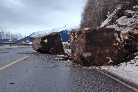 Dette er to av dei tre store steinblokkene som rasa ned på E39 ved Skjærsura i Jølster.