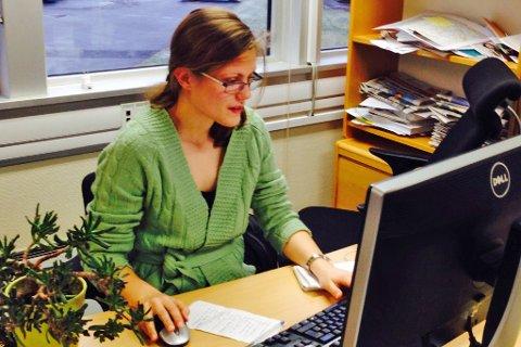 Tre nye vinnarar er trekte. På bildet nynorskpraktikant Kristine Monstad Stensland ved Nynorsk Avissenter.
