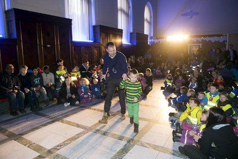 Familien Müller vant «Idrettsprisen» for sin Hoppbakke med publikum. Pappa Knut Müller følger fem år gamle Morten Molvik Müller opp til scenen.