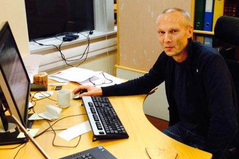 Tre nye vinnarar i julekalenderen vår er trekte. På bildet journalist Sigurd Løseth i Firda.