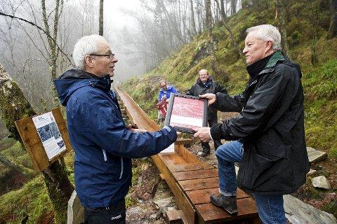 Banksjef Magne Lien (t.v.) ga 50000 kroner til Kjell Lervik og foreningens prosjekt på Sandviksfjellet.