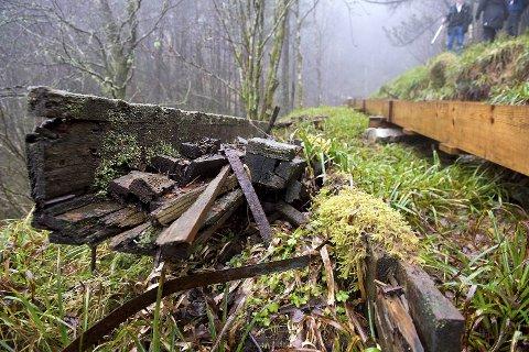 Restene av den gamle trerennen ligger fortsatt i terrenget ved siden av den nye rennen.