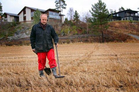 Tomm Egil Hammer sveiper metallsøkeren over jordet mellom Lerdalsveien og Rokkeveien i håp om å finne en gjenstand fra fordums tid.