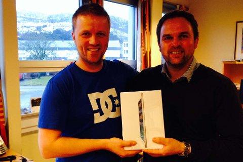 Hovudpremien i julekalenderen vår var ein iPad Air. Opplagssjef Svein Atle Huus (t.v.) og digitalredaktør Eirik Grane takkar alle som har vore med på kalenderen vår i løpet av adventstida.