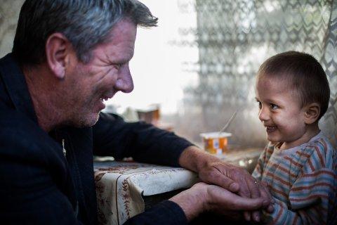 Å være sammen med barna i Romania er en skikkelig vitamininnsprøyting for Tom Andreassen. - Jeg kan være tom for energi når jeg drar nedover, men batteriene er alltid fulladet når jeg kommer hjem igjen, sier han. Her med den lille gutten Florin.