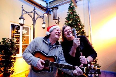HARMONI: Lillestrøm kultursenters Robert Skrolsvik (t.v.) og Lillestrøm jazzklubbs Odd H. Brubak spiller opp og gleder seg til det de kaller Byfesten om vinteren, i Lillestrøm kultursenter. Her viser deg fram noen av de artistene som kommer. FOTO: TOM GUSTAVSEN