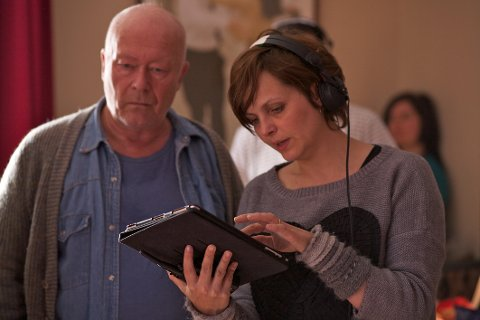 REGI: Skuespiller Nils Ole Oftebro og regissør Cecilie Mosli under opptakene av Mammon. I morgen vises første episode av NRKs store thrillersatsing på TV.