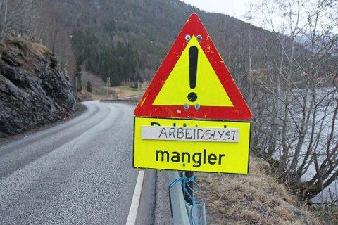 Nokon har sett seg leie av lite aktivitet langs E39 ved Movatnet i Førde.