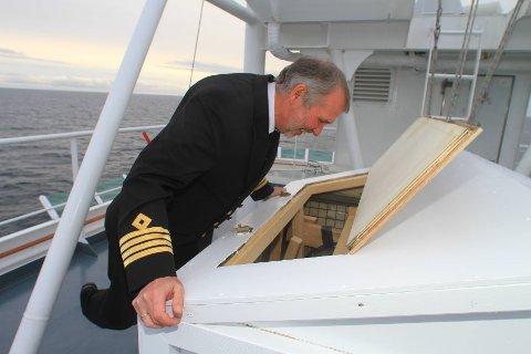 -Med litt godvilje kjenner man duften av skotsk drikke, smiler kaptein Arild Hårvik.