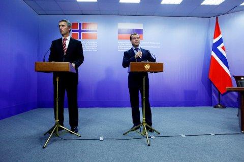 HISTORISK: Jens Stoltenberg og Dmitrij Medvedev presenterer delelinjeavtalen i april 2010. Entusiasmen har siden vært ujevnt fordelt.Foto: Terje Pedersen, ANB