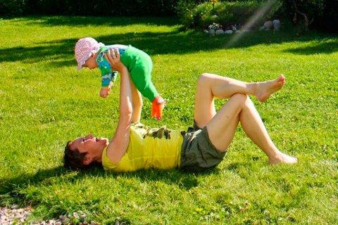 Som normalvektig kan Beate Lill leke med datteren uten problemer.