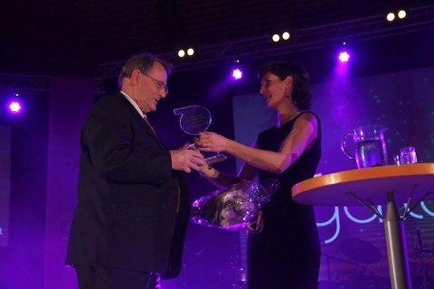 Toril Valla ga Per Waage det synlige beviset på at han er utnevnt til Årets Rabna-ambassadør.