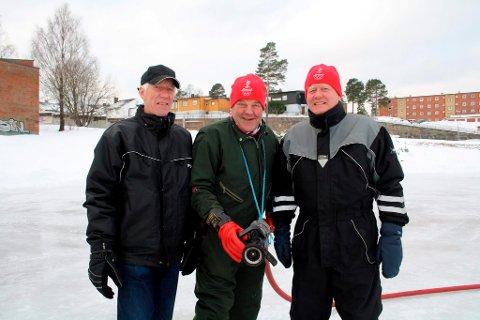 Her er tre av sprøyte-gutta i Brevik Olympiske Komité, BOK. Einar Lunde, Tom Gundersrud og Tore Fosse har brukt utallige kalde  timer på å sprøyte skøyteisen på Furulund. År etter år. For Tore Fosse er dette vinter nummer 51 der han sprøyter skøyteis på Furulund i Brevik.