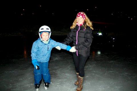 7 år gamle Håvard Hansen har bare stått på skøyter en eneste gang før i sitt liv, og det var ifjor vinter. Han fikk hjelp av mamma Jane Line til å snøre skøytene og ta de første skøytetakene.