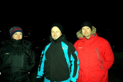 Trine Bakkerud, Morten Jakobsen og Steinar Planting er ledere for Barneidrettsskolen. De skryter av BOK som har laget skøyteis til barna i Brevik også denne vinteren.