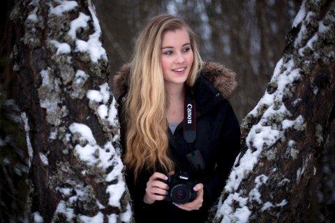 Vilde Mikkelhaug håper at flere unge blir med i Hønefoss Kamera Klubb.