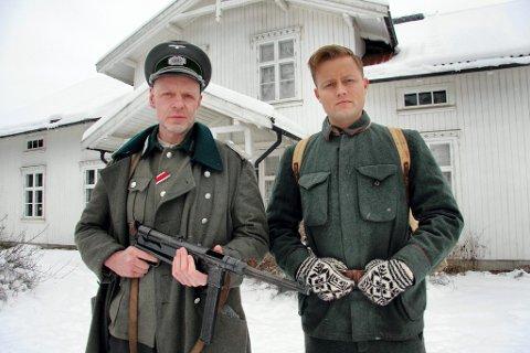 KRIGSDRAMA: Her er vi på Øvre Øyen gård i Sør-Odal for tre dager siden. Tyske Mats Reinhardt spiller tysk soldat, Sondre Krogtoft Larsen spiller den norske soldaten som tyskerne tar til fange. Filmen med arbeidstittelen «Huset» er et psykologisk drama.