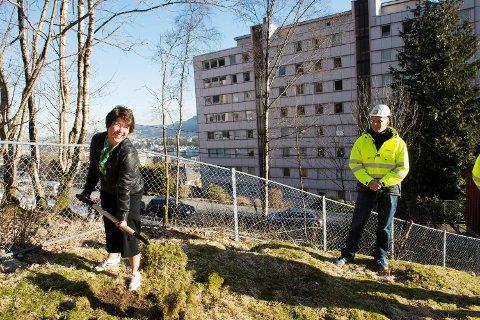 I april i fjor tok vikariende skolebyråd Ragnhild Stolt-Nielsen (H) første spadetak ved Solheimslien barnehage. ? Nå skal det bli lettere å få barnehage i egen bydel, proklamerte hun. Nå er byggingen av barnehagen i Årstad bydel satt på vent på grunn av konkurs i Waldegruppen. Skolebyråden frykter at den ikke står klar før til neste år.