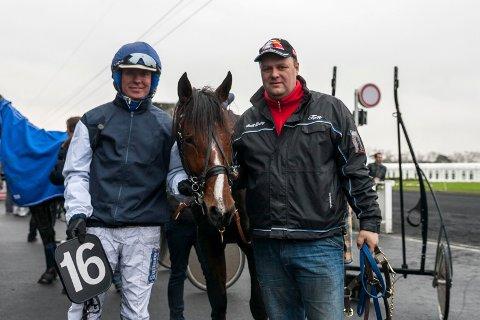 TØFF TRIO: Björn Goop, Solstrålen og Tom Forkerud etter endt arbeidsøkt på Vincennes. En femteplass var bra i hard Vincennes-konkurranse. 2300 euro gikk inn på hestens premiekonto.
