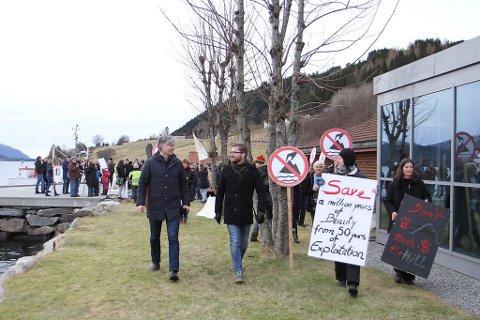 ENGASJEMENT: Mange møtte opp til markeringa i Vevring fredag ettermiddag. Ola Elvestuen (t.v.) og Sveinung Rotevatn, begge stortingsrepresentantar for Venstre, varslar at deira parti er imot fjorddeponi.