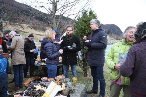 MØTTE FOLKET: Stortingsrepresentantane Ola Elvestuen (t.h.) og Sveinung Rotevatn (midten) snakka med dei oppmøtte i Vevring, og forsikra om at deira standpunkt i saka er nei til fjorddeponi.