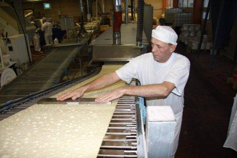 Positivt: ? Veldig positivt, det som skjer nå, sier baker Knut Ingvaldsen ved produksjonslinjen der smurte lefser lages.