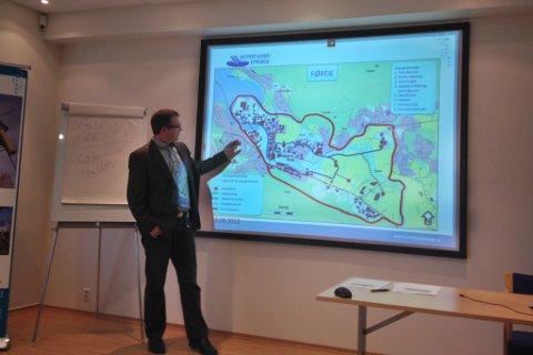 Stasjonssjef ved Sunnfjord Energi, Olav Osvoll, la i dag fram planane for fjernvarme i Førde sentrum.  På kartet er raude punkt energisentralar, dei grålinjene er straumnettet, medan den raud linje syner konsesjonsgrensa.