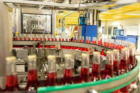 Operatør Lise Gloppen ser til at flaskelinjen i produksjonen på tapperiet til Hansa går som den skal.