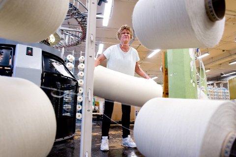 Gjertrud Loftås har vært innom svært mange ulike avdelinger på fabrikken opp gjennom årene. Nå stortrives hun på strikkeriet.
