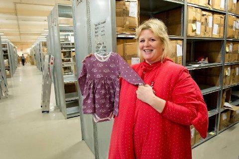 Siv Stokke på lageret til Janusfabrikken utkledd som høne. Kostymet er inspirert av babykolleksjonen Tipsy, forteller hun.