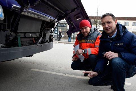 Prosjektleder i Statens vegvesen, Kjetil Nergaard, og driftssjef i Nettbuss, Raymond Frog. Kameraet ligger i det svarte røret bak støtfangeren.