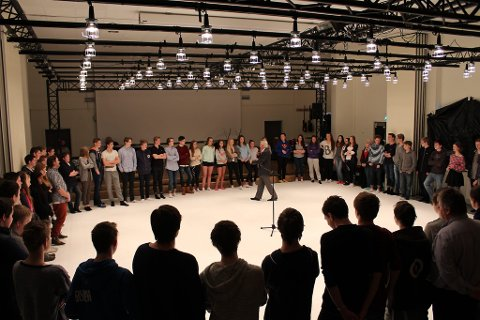 EKSENTRISK: Pastoren ser Gud i alt og i alle. Han velsignar alle dei frammøtte elevane på Knarvik ungdomsskule.