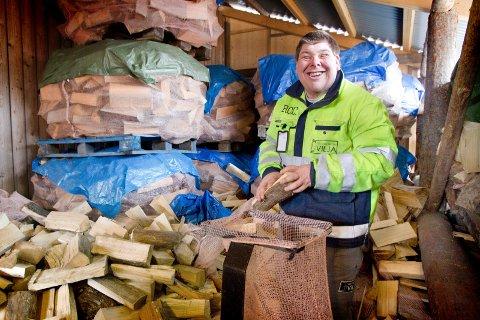 Rolf Halstvedt stortrives i jobben som vedpakker.