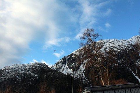Nær: Her ser vi et av tre jagerfly i formasjon som fløy like over Mosjøen by mandag. (Foto: Jon Steinar Linga)