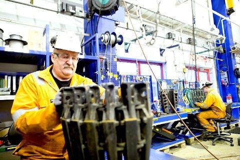 Jan Austrheim i Odfjell Well Services (OWS) monterer en casingslipp etter syrebad og kontroll.