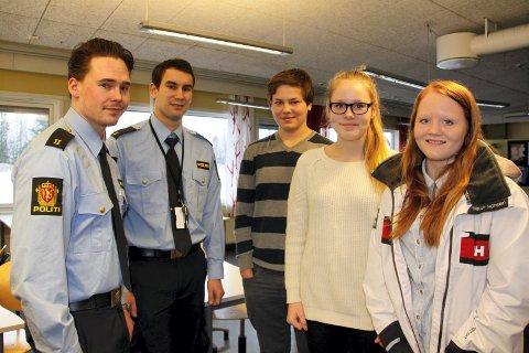 NYTTIG: - Det er viktig å formidle at vi er der for å hjelpe, sier Emil Fjeldseth (f.v.) og Kjetil S Vestvik som møtte Vegard Stensbøl, Nora Olufsen og Helene Hagen i 9. trinn.
