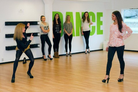 På kurs: Klara Szalai Ørbæk (t.v.) instruerer fem av jentene som møtte fram på modellkurset i Sandefjord. Foto: Joachim Hellenes