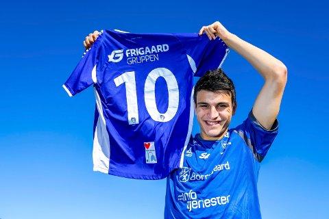 MOLDE-KLAR: Mohamed Elyounoussi ofrer trøye nummer 10 i Sarpsborg 08 for nummer 24 i Molde. Mandag kveld ble han klar for laget fra Rosenes by.