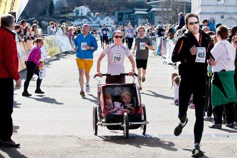LISENS: Nærmere 1.200  deltok i Larviksløpets forskjellige mulighet er i 2013. I år må mange av dem betale en lisensavgift på 30 kroner.ARKIVFOTO: Peder Torp Mathisen