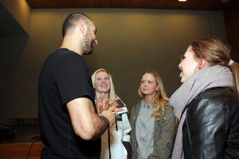 MARCO-FEBER: Autografjegerne strømmet på da to fulle gymsaler fikk møte mestervinner Marco Elsafadi tirsdag kveld.