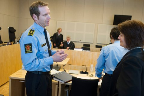 Aktor Per Thomas Omholt og guttens bistandsadvokat Gunn Iren Midtbø, med forsvarerne Annie Braseth og Harald Stabell i bakgrunnen.