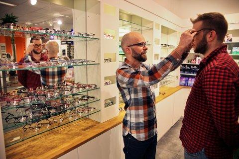Også menn har begynt å få øynene opp for å bruke briller som accessoirer og pynt, selv om de ikke er helt på nivå men kvinnene ennå. Andreas Klette, optiker og eier av Jacob Klette AS tror at brillebruken bare vil øke i takt med at samfunnet blir mer synskrevende.