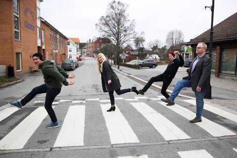 TULLEFOLKENE: Lars Johanson (fra venstre), Ruth Vaaler Thorvaldsen, Vegard Brandt Slevigen, Tore Robert Klerud og resten av Kreativiteket i Ørje står bak Norges morsomste gangfelt.